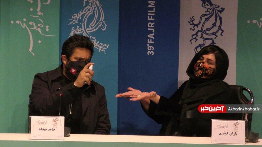 ضدعفونی کردن دست ها توسط حامد بهداد و باران کوثری