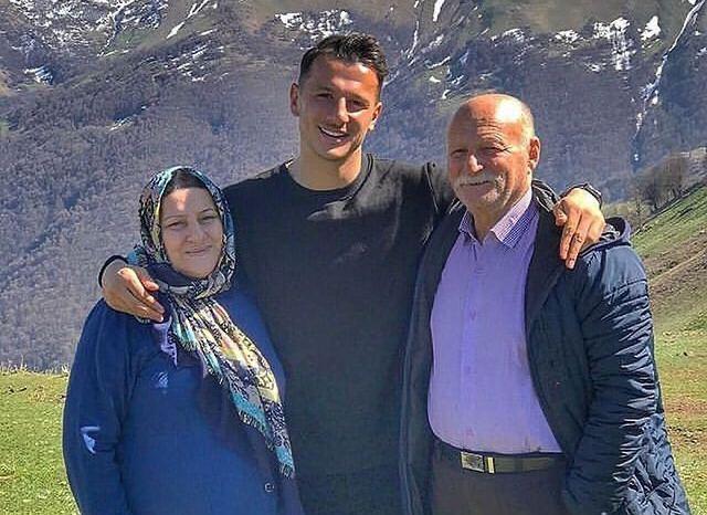 آرمان رمضانی در کنار پدر و مادرش