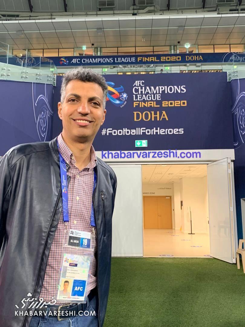 عادل فردوسی پور در ورزشگاه فینال آسیا برای گزارش بازی پرسپولیس و اولسان