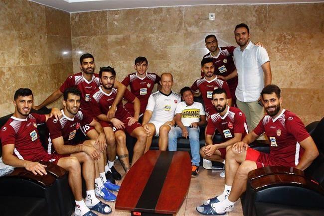 حسین در کنار بازیکنان پرسپولیس
