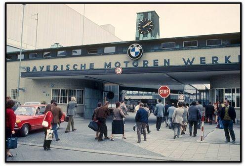 ساعت تغییر شیفت کاری در کارخانه ب ام و- مونیخ، آلمان/ دهه 70 میلادی