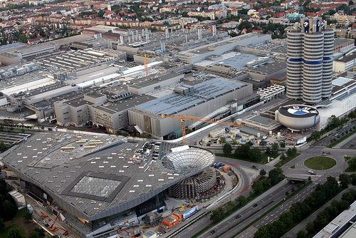 ساختمان مرکزی ب ام و در مونیخ، که به شکل موتور چهارسیلندر طراحی شدهاست