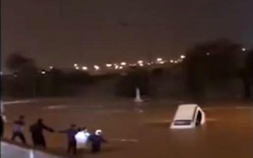 غرق شدن خودروهای کویتی در سیل!