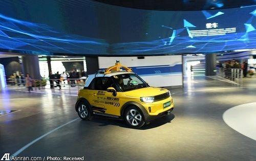 یک خودرو مجهز به فناوری خودران در حال حرکت در مسیرهای نمایشگاه